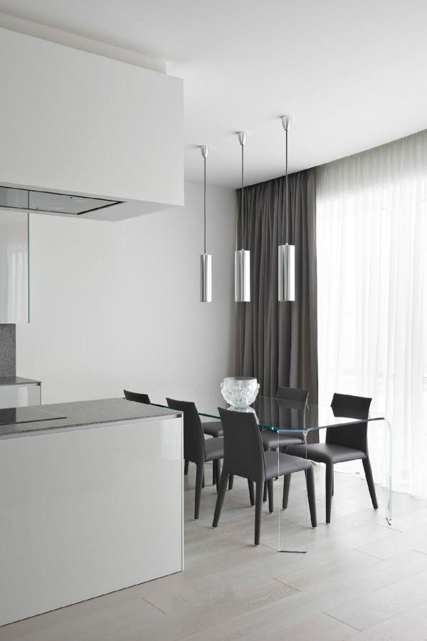 白色的漆皮橱柜。柜台。冰箱。搭配灰色的地毯。这个房间都是干净素雅的。卫生间用了灰色系的马赛克瓷砖整个设计是有点冷的。但是主人喜欢就好。