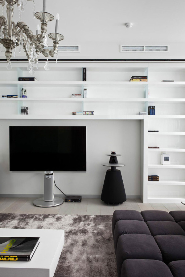 设计非常简单。因为房子的面积不算小。所以家里的家具摆放以后都是整齐的,狭长的灰色包布沙发,格子储物电视背景墙。