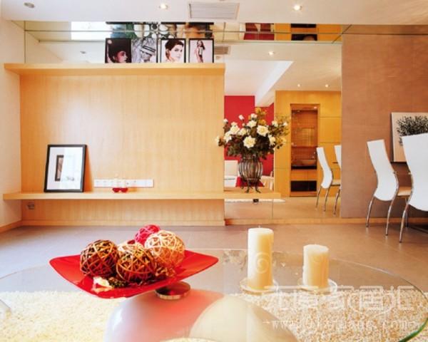 介于客厅与餐厅之间的区域,墙上用了镜面,是整个空间看起来,宽敞大气,拓宽了视野。