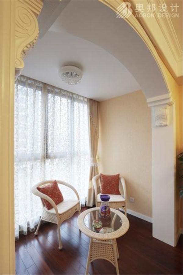 以及陈列着颇有欣赏价值的各式传统餐具、茶具的饰品柜,给古典风格的家居环境增添了端庄、典雅的贵族气氛。