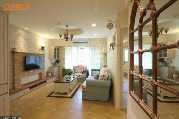 拆除原本客厅天花板,将被建商浪费的空间重新延展,释放舒适的高度给生活空间。