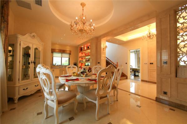 家具的选择,与硬装修上的欧式细节应该是相称的,选择深色、带有西方复古图案以及非常西化的造型的平安家具,与大的氛围和基调相和谐