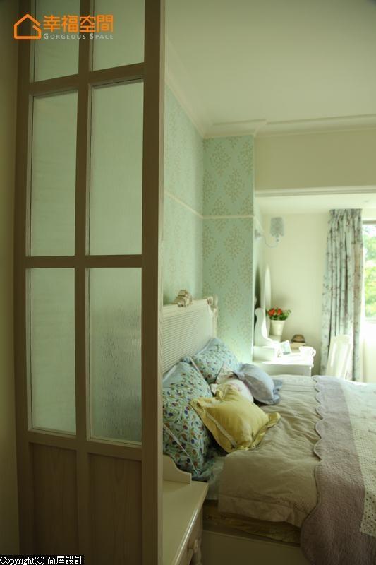 考虑开门见床的方位,设计师增设一道屏风缓冲视线,也和另一边梁柱成为对称式设计