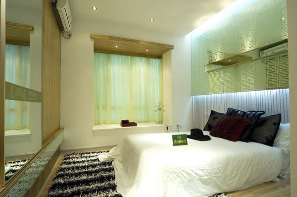 白色的床单搭配黑白条地毯,衬得整个卧室有种温馨的氛围。