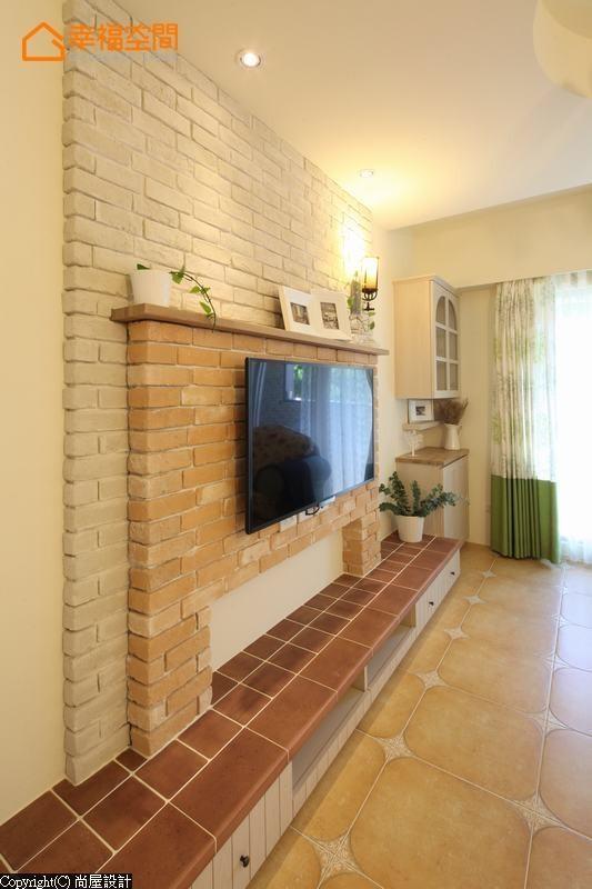 乡村风的灵魂要角壁炉,使用双色文化石营造轻盈层次,机柜也特地使用复古砖,传达乡村风的原始纯朴。