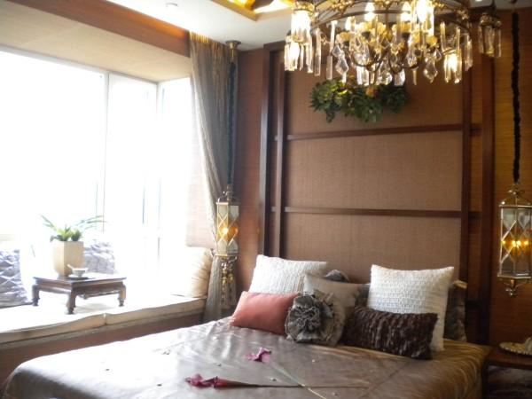 主卧室可选用了深木色,金色丝制布料结合光线的变化,创造出内敛谦卑的感觉。