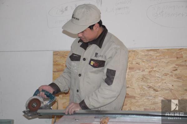 工人在做龙骨,正在施工中……