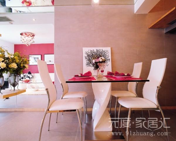 餐厅的棉结稍微有点小,但是并不影响餐桌在里面成为最亮眼的一景,软装的点缀使整个房间温馨自然。
