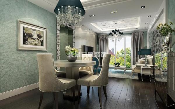 墙面墙纸采用了灰绿色的无纺布材质,在光线的映照下会反射出淡淡的金属光泽,整个设计,运用现代材质和古典元素的融合,让新古典的风格变得更加灵动和活力