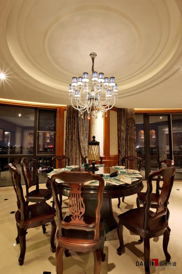 名雕丹迪别墅设计--天御山别墅--中美混搭--餐厅:中式餐桌椅设计,搭配美式风情装修设计,使餐厅空间感极强。