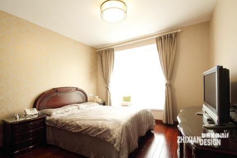 卧室设计讲求营造舒适的睡眠环境,典型的中式家具,使得空间的重量感稍重,设计师从其他方面着手,利用浅色的床品、壁纸和窗帘淡化空间重量