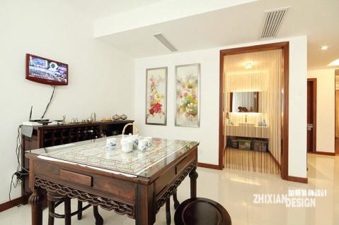 空间正中的八仙桌,色泽圆润,造型优美,铺放的十字绣市面配合的精美的白瓷,一深一浅,对立和谐。字画在中国传统文化中有不可企及的地位,简单两幅花鸟装饰画,空间的氛围就清灵了起来