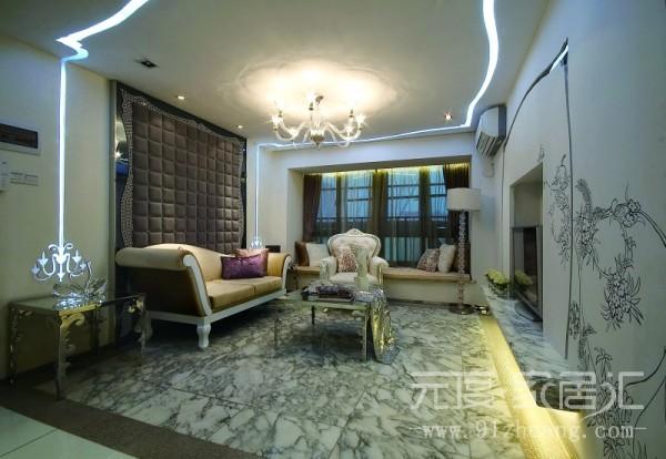 电视墙选用欧式壁炉的造型,墙壁上的贴花,又是整个空间一下就活跃起来。地面使用仿大理石地砖,显得大气,富有。沙发背后的软包丰富。