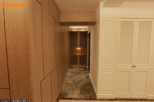 入口处,我使用了夏木漱石和禅风质感的柜子,营造出一种含蓄、幽静的东方美感。