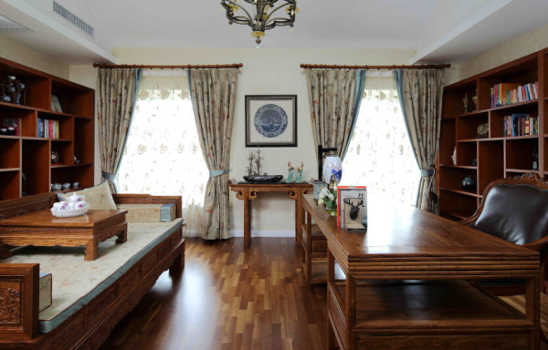 书房的布艺从窗帘到罗汉床,用真丝绣花的面料,细节处的坐垫滚边到窗帘绑带,无一不细致入微。