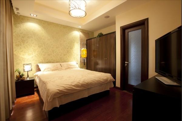 窗帘、靠垫、床头、瓷砖等多处配饰设计运用了中国传统的回纹图案,象征着吉祥和富贵。