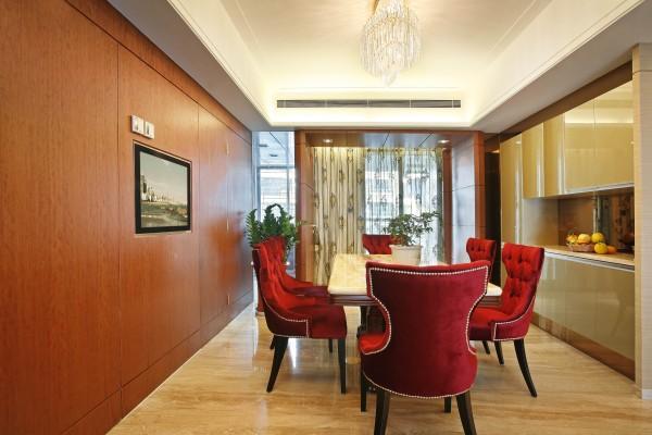 餐厅选用了红色的餐椅,和厨房的橱柜相依托,温馨中又不失典雅。