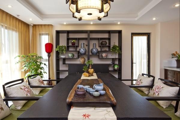 日式风格的休闲室,房间中央的小桌子可根据主人的需要调整高度,温暖柔和的米色营造出温暖休闲的气氛。