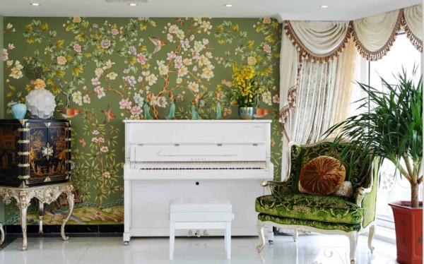 满墙的手绘壁纸,是春意,更是生机。黑白的西式钢琴,加上古朴的中式收藏柜和复古的仕女摆件,中西合璧的新时代元素可谓展现得淋漓尽致。