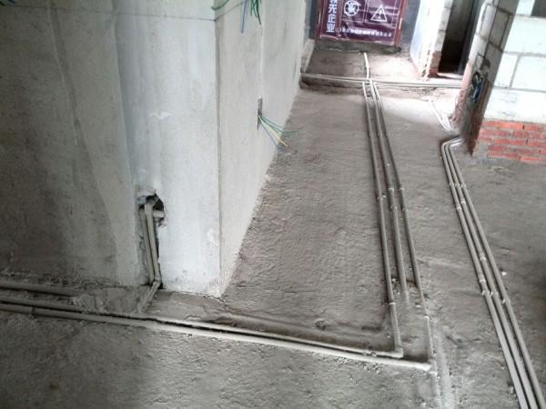 水管接进来后,进入厨房从总闸分出,分别走向空气能热水器、卫生间、阳台