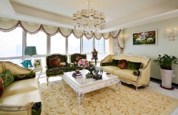 米色和浅卡其色的柔和搭配尽显业主随和温润的性格,和米色糅合的,是富含生命力的翠绿,简单的靠垫和抱枕,一组相宜的沙发,不仅增加了会客厅的浓郁感,也和淡绿色墙面相呼应,使得生命的气息扑面而来。