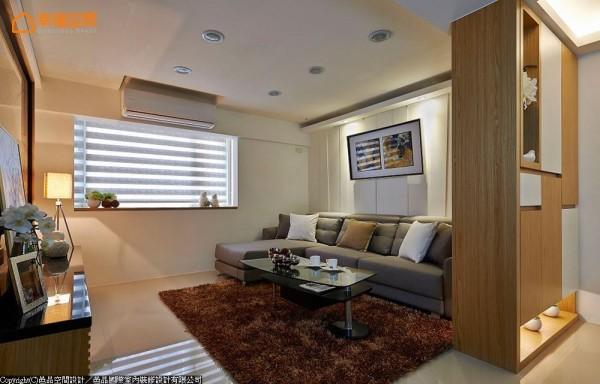 设计师利用老宅常见的粗大梁体下方空间,细究比例结合橡木实木皮、烤漆与透光区段,打造美感与实用机能兼具端景柜。