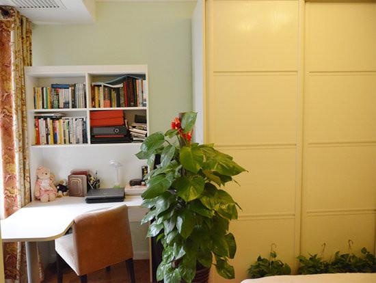 设计说明:书桌的位置选择放在窗前,让读书环境十分的宽敞明亮。乳白色圆弧形桌面,简易大方的收纳设置不仅能更加合理的放置物品,让桌面干净整洁,绿色大叶植物则能让业主在学习之余多享受一点自然的气息
