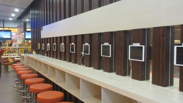 餐厅提供的ipad休闲区  免费提供wifi及ipad