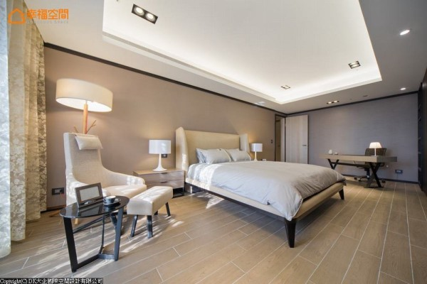 善于处理细节的DK大企国际空间设计,在主卧房中刻意于天花及踢脚处滚以黑边,层次强化视觉立体感。