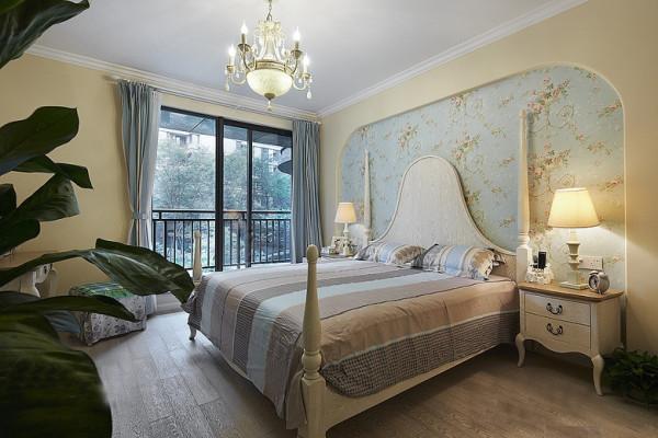 而超大的主卧配以半穿凿式的阳台,随处可见的绿色植物和可爱的布偶娃娃,及床头柜上摆放的女主人照片无一不为这个家增加了更多的温馨。