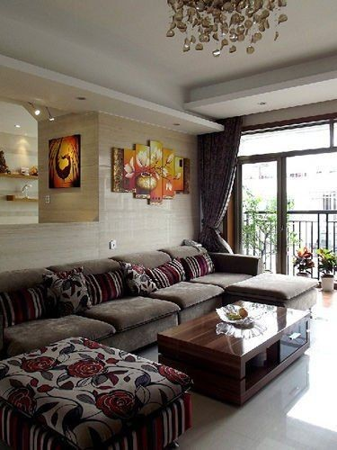 现代风格就得讲究舒适,这样的大沙发和大窗户再配上这张背景图真是棒极了