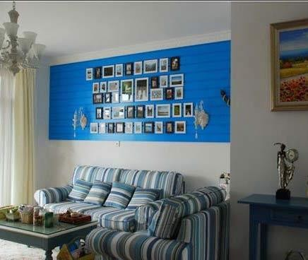 沙发的颜色和背景墙的搭配很合理
