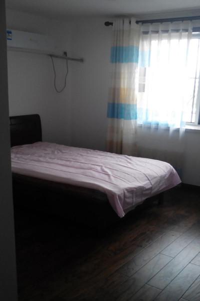 小卧室,简单的铺上实木地板。