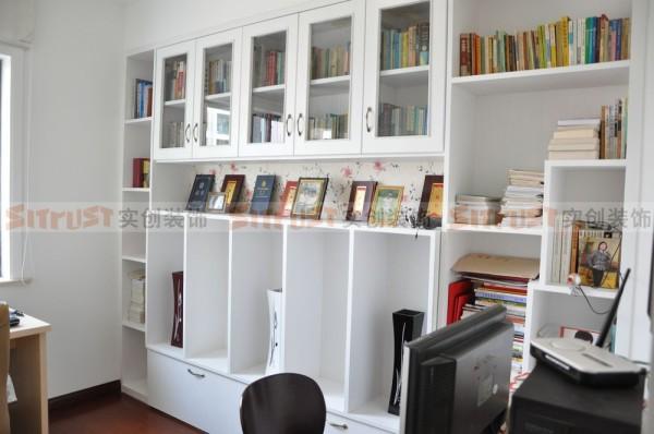 个性的框体书柜样式,遵循常规方正储存空间,局部个性分割,不显得单调乏味。