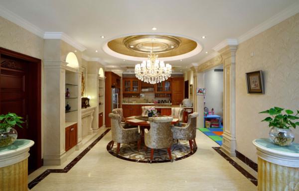 石材的酒柜避免了与木质西厨餐边柜的雷同,透光石台的布置区分了过道和餐厅。