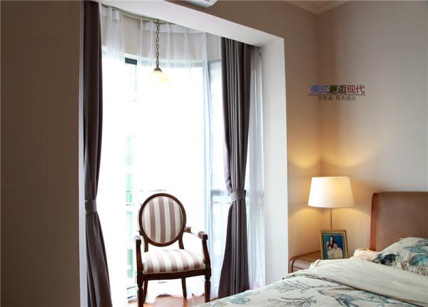 主卧家具简单,设计师对空间进行了有效地利用,弧形阳台,加上双层窗帘,白色沙窗更增加了情调与美感,落地玻璃窗揽进一室的明亮,在阳光下的照射下呈现出温馨的感觉。