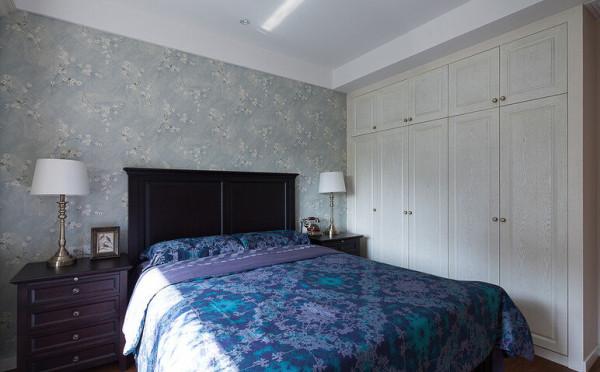 床头放了2盏台灯,既美观又实用。墙纸也是碎花图案的浅绿色,清新自然。