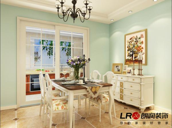 餐厅的造型一样简单,但是欧式元素的家居让整个空间感立刻鲜活起来,这是后期软装搭配的功力展示。