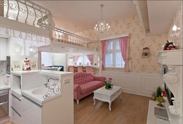 这个角度可以看到客厅的整体,客厅的上方是卧房空间。客厅满铺浪漫的壁纸,时尚的水晶吊灯