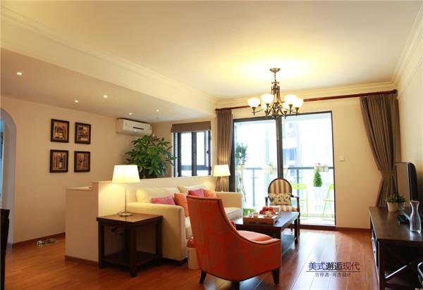 实木地板、电视柜、茶几与窗帘以及餐桌的颜色相互呼应,窗帘深色装饰在整体中无形中显得高挑、轻盈。
