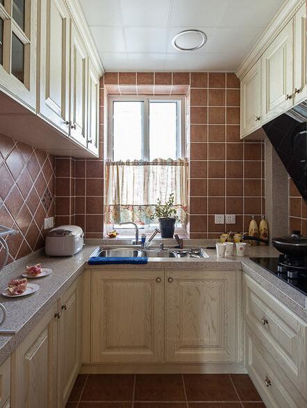 墙砖和橱柜,搭配起来还真不错。窗子下半边还设计了小小的窗帘。