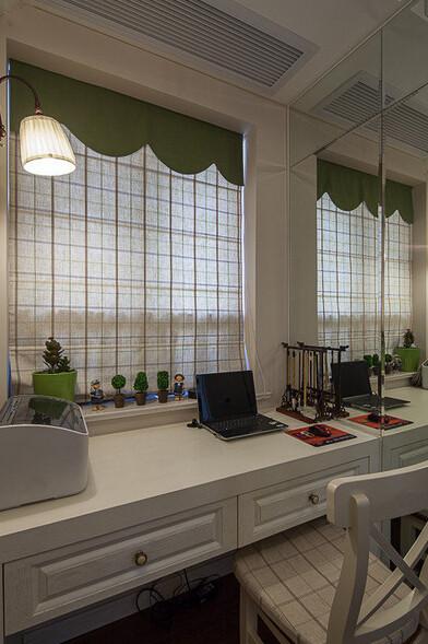 几盆绿色植物,让书房瞬间充满了生机。书桌上的笔架实用又个性。