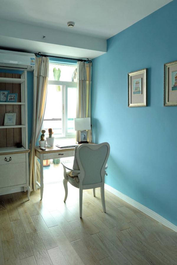 蓝色情调的书房颇为浪漫,尤其是配上简欧式的家具后,这份浪漫更增添了一份优雅。