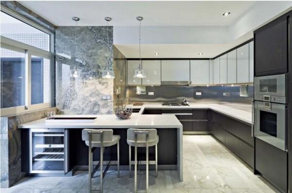 """""""L""""型的厨房墙处还顺势搭建了一个吧台,可看出设计者对于生活品质和质量的追求"""