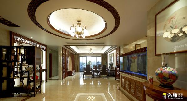 名雕装饰设计—天骄峰景私家豪宅—中式大厅:在大厅中间放置一个若大鱼缸,显然增加整个空间的灵动性。一切如此惬意,又可抚摸岁月的年轮,体验人文的传承……