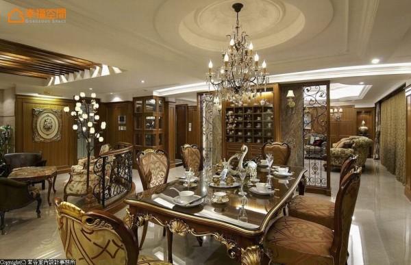 屋主珍藏的骨瓷杯展示收纳于倚墙规划的顶天高柜内,与夏木树石纹理共筑艺术线条之美。