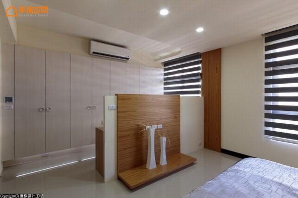 结合电视墙、化妆台与腰柜收纳机能的矮墙界定更衣室机能。