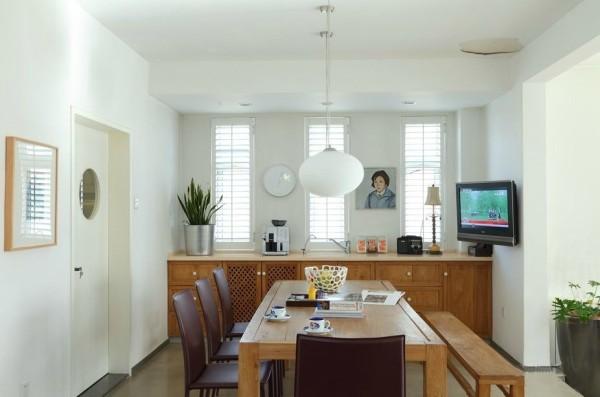 女画家的餐厅自然是采用原汁原味的原木色餐桌,两旁又是暗色皮椅和长形木凳的混搭,再次彰显洒脱个性,餐厅的一角摆上了电视机,让餐厅有了客厅的功能