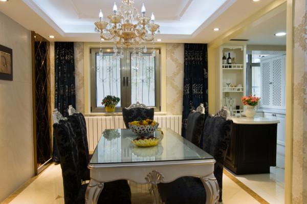 餐厅:整体黑、金相间的设计稳重大气窗帘的颜色的选择更是点睛之笔,整体营造出了一股奢华和大气的感觉。