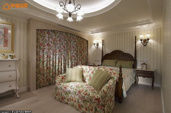 除了沿用旧家的灯具与五斗柜外,设计师特别订制同款花色沙发与窗帘,打造女孩感美式乡村风。